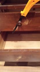 Proceso: serrar los tiradores de madera